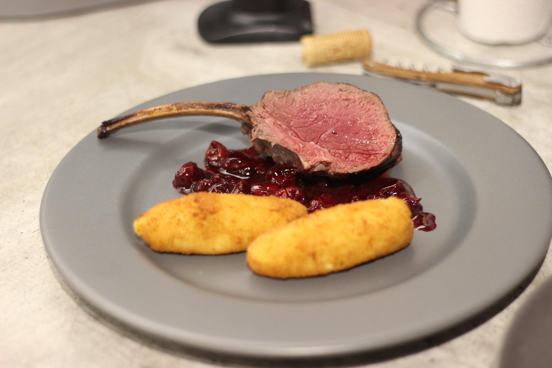 Hirschkarrée mit Sherry-Kirschen und selbstgemachten Kroketten