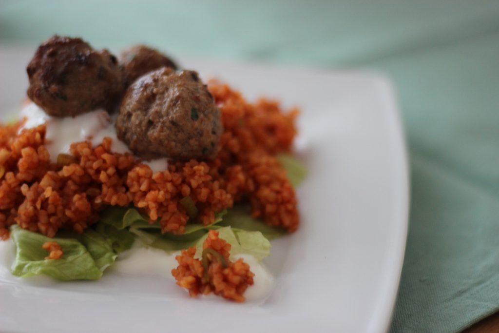 Bulgur-Salat mit Hackbällchen