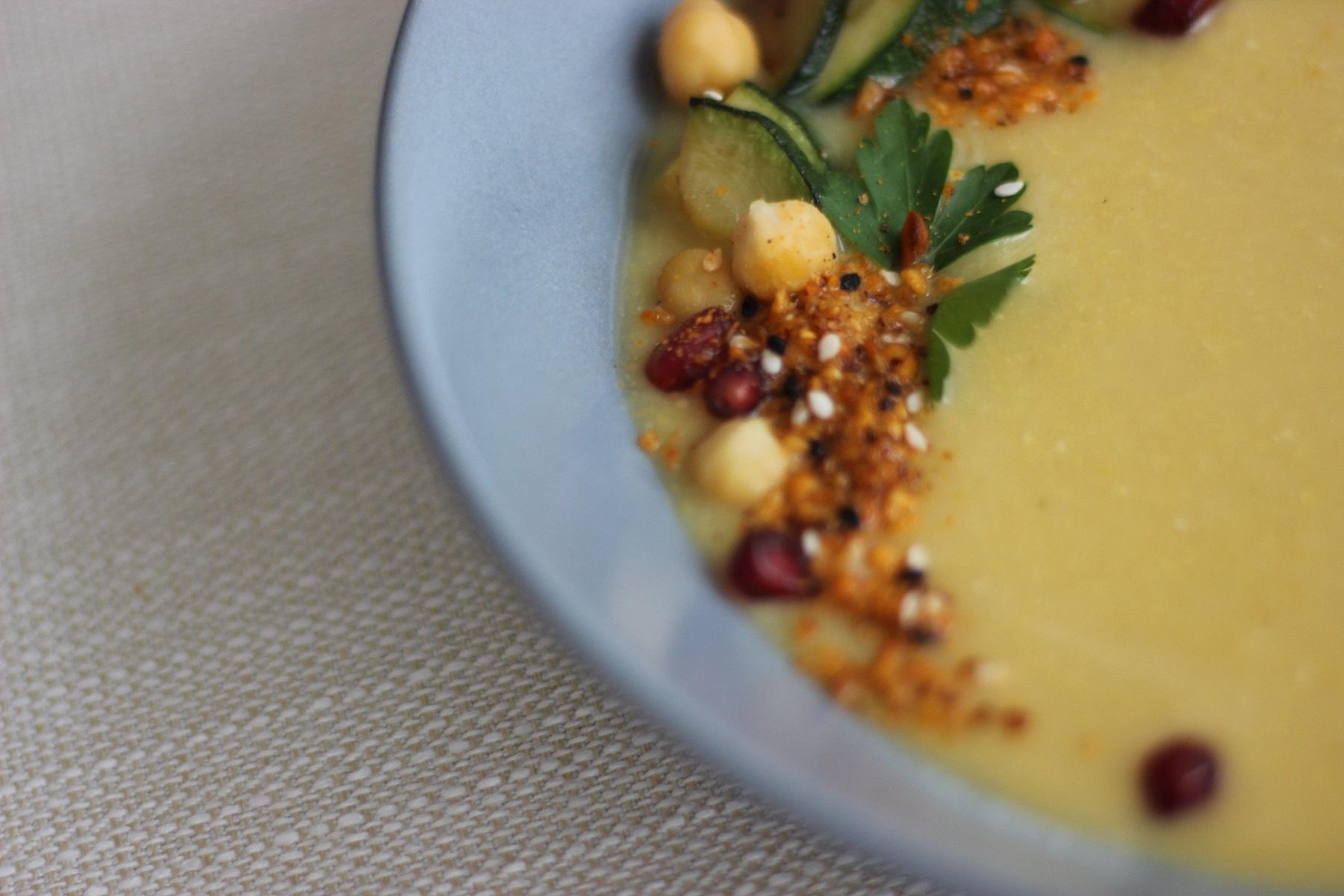 Kichererbsensuppe mit gebratenen Zucchini, Dukkah und Fladenbrot