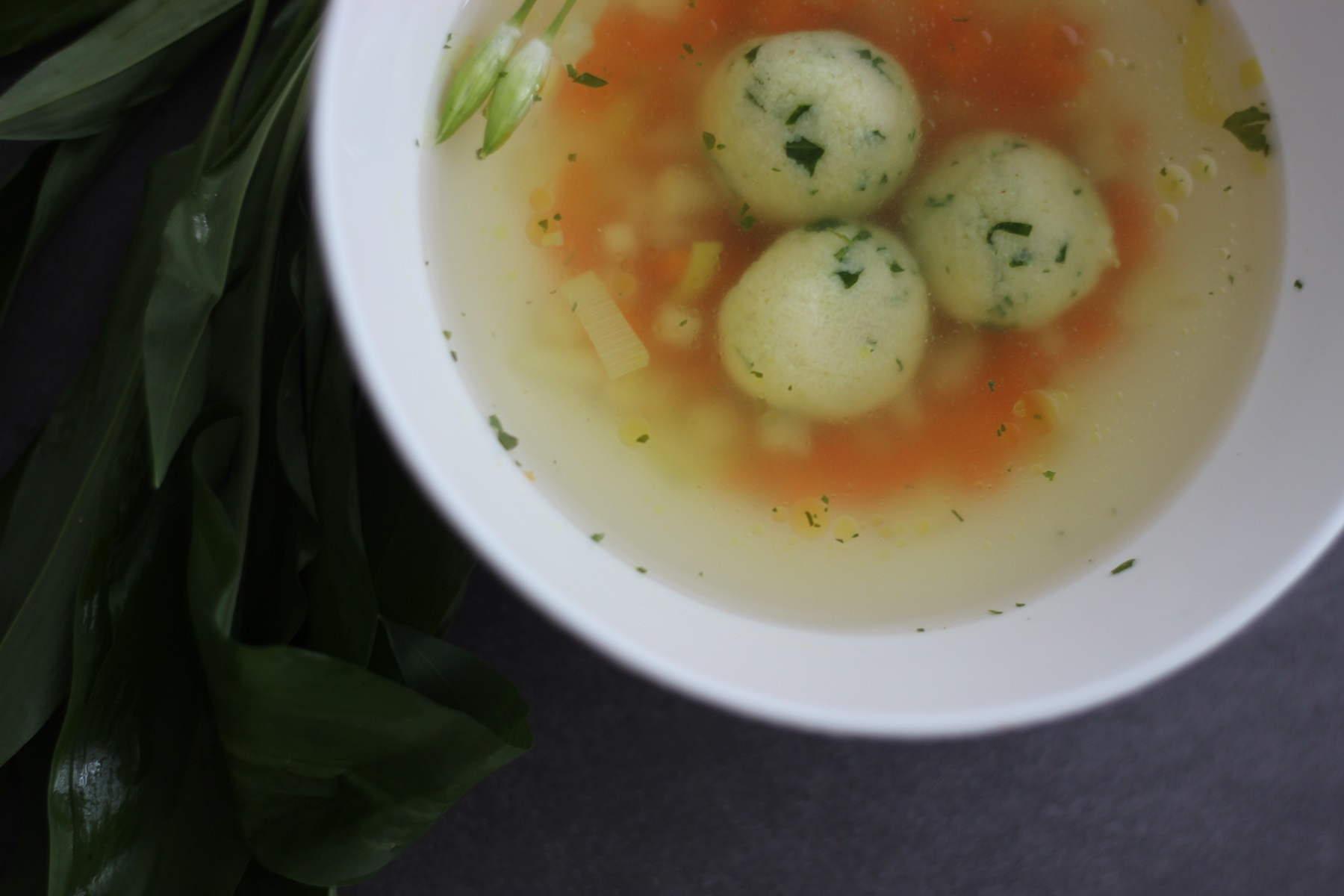 Bärlauch-Grießklößchen-Suppe