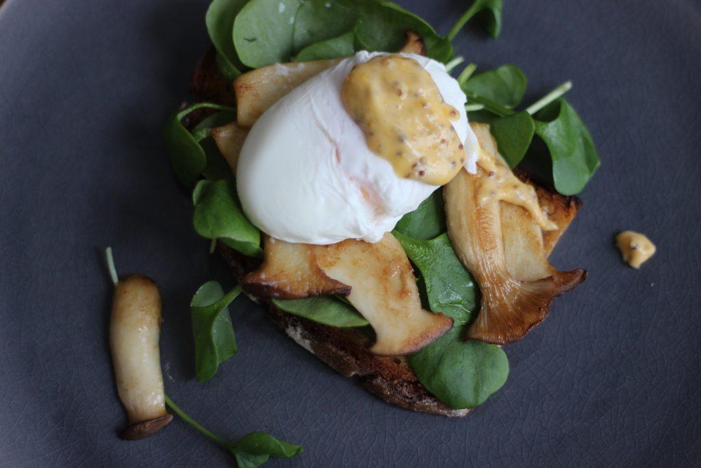 Ei-Brot mit pochiertem Ei, Senfsauce, Portulak und gebratenen Kräuterseitlingen
