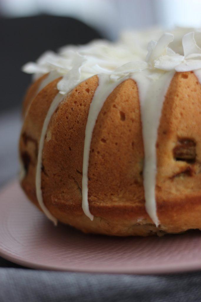 Rhabarber-Kokos-Gugelhupf mit weißer Schokolade