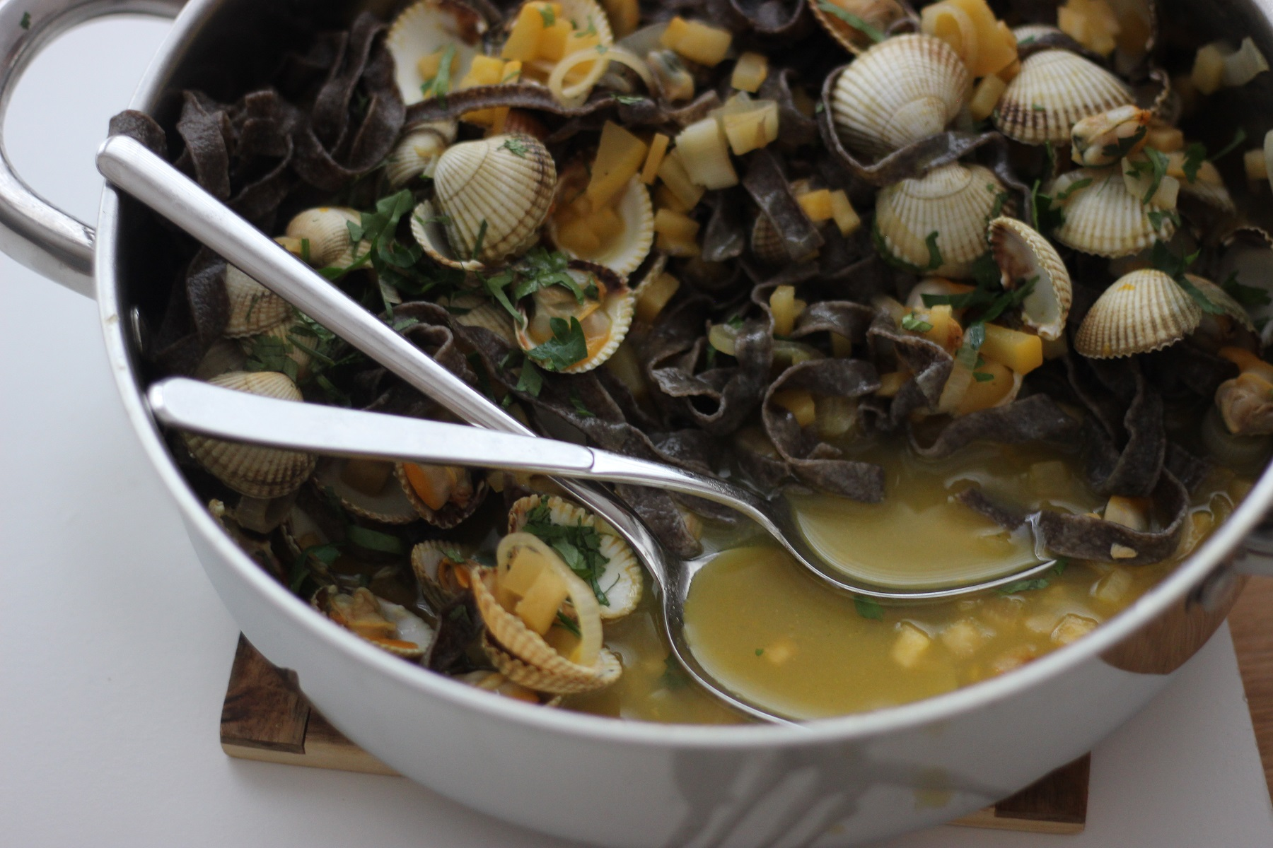 Schwarze Pasta mit Herzmuscheln im Mandarinen-Sud