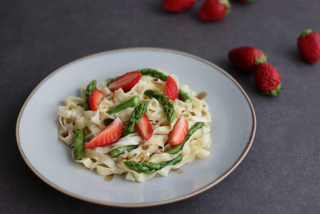 Pasta mit Erdbeeren, Balsamicosauce und grünem Spargel