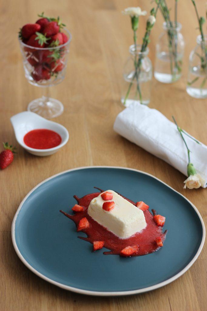 Weißes Schokoladen-Semifreddo mit Erdbeeren 1