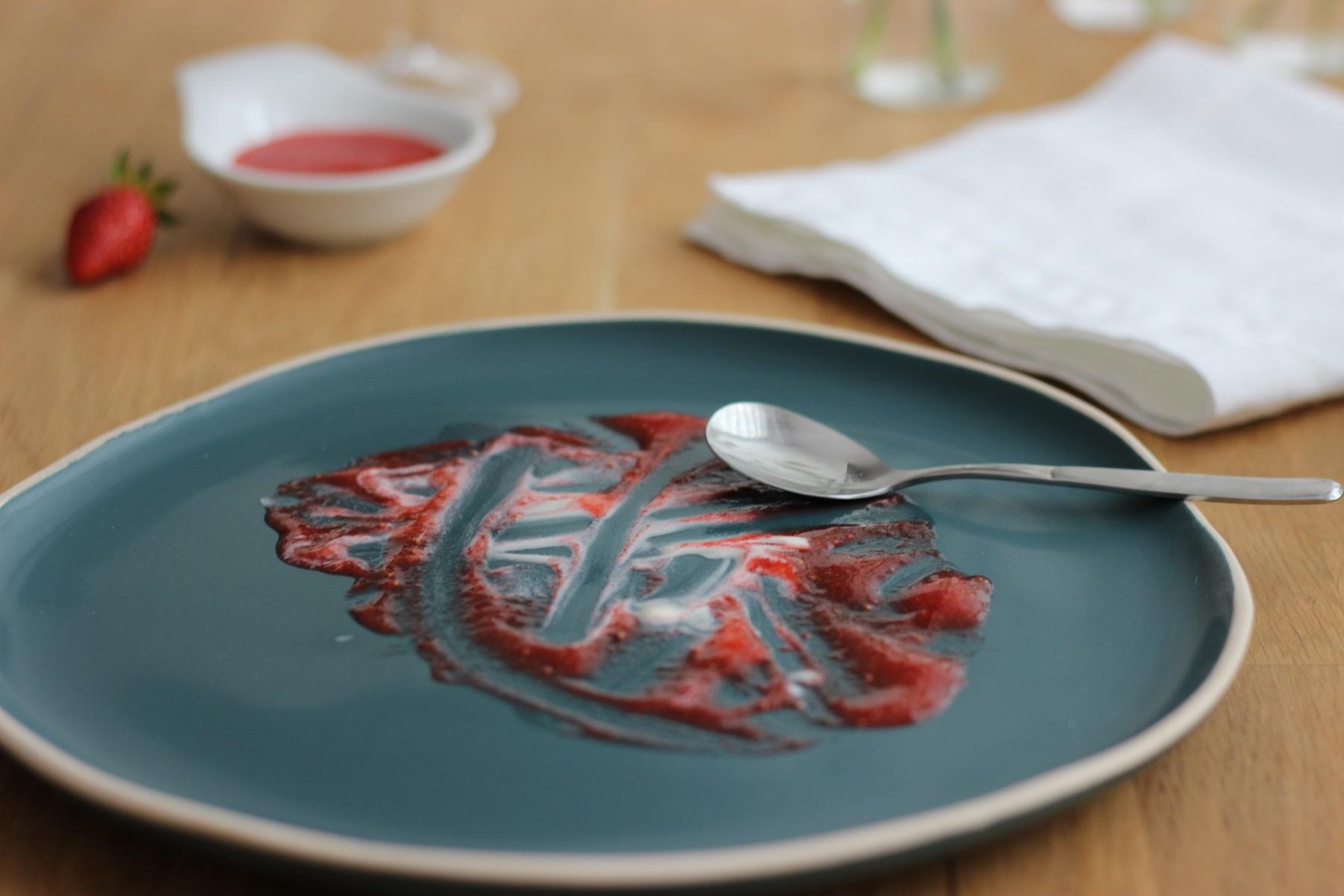 Weißes Schokoladen-Semifreddo mit Erdbeeren