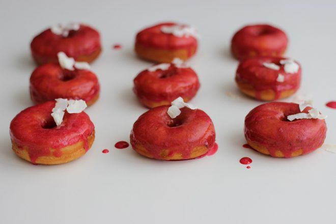 Krokant-Doughnuts mit Kirschglasur