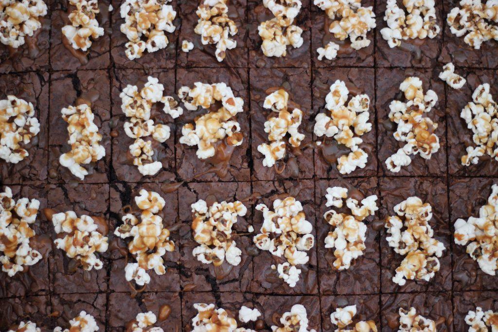 Saftige Brownies vom Blech mit Popcorn-Karamelltopping