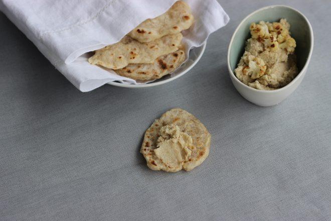 Blumenkohl-Hummus mit selbstgebackenen Mini-Fladenbroten