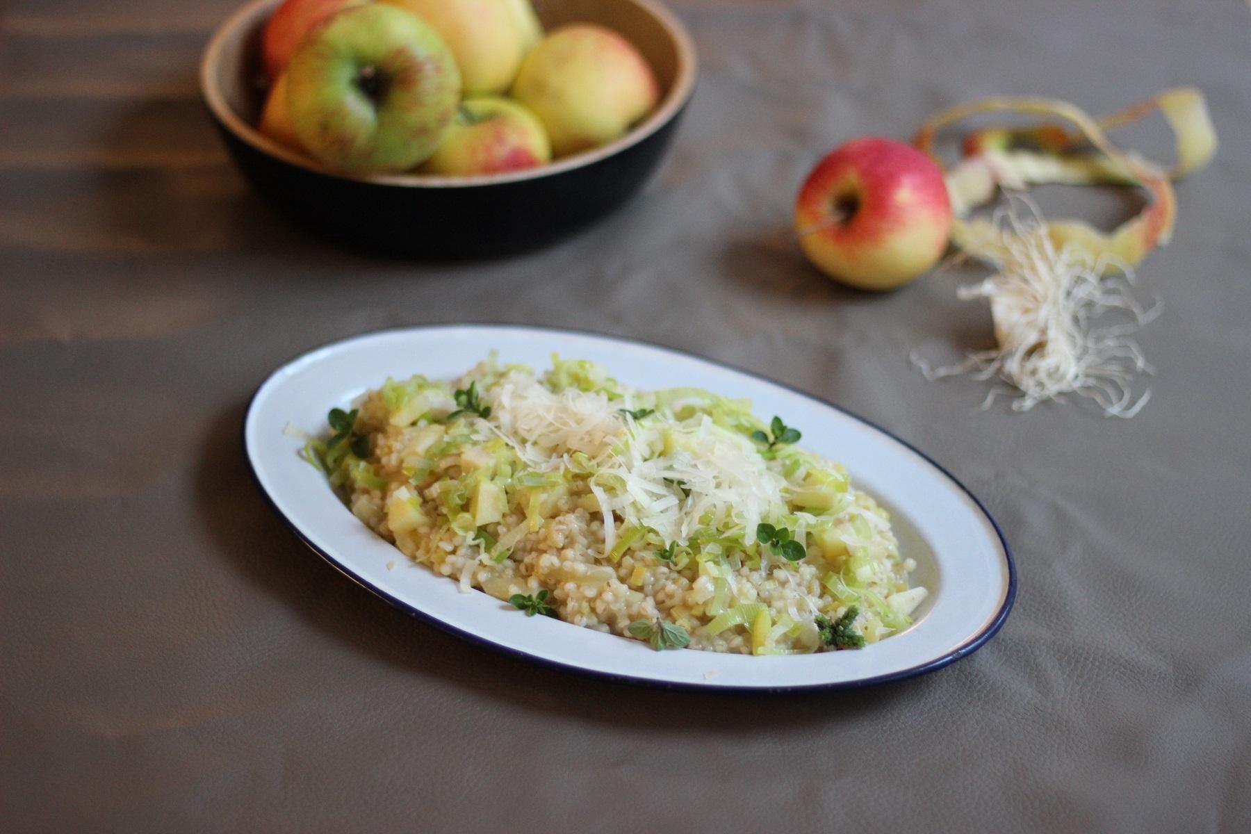 Cremiges, herbstliches Graupen-Risotto mit Äpfeln und Lauch