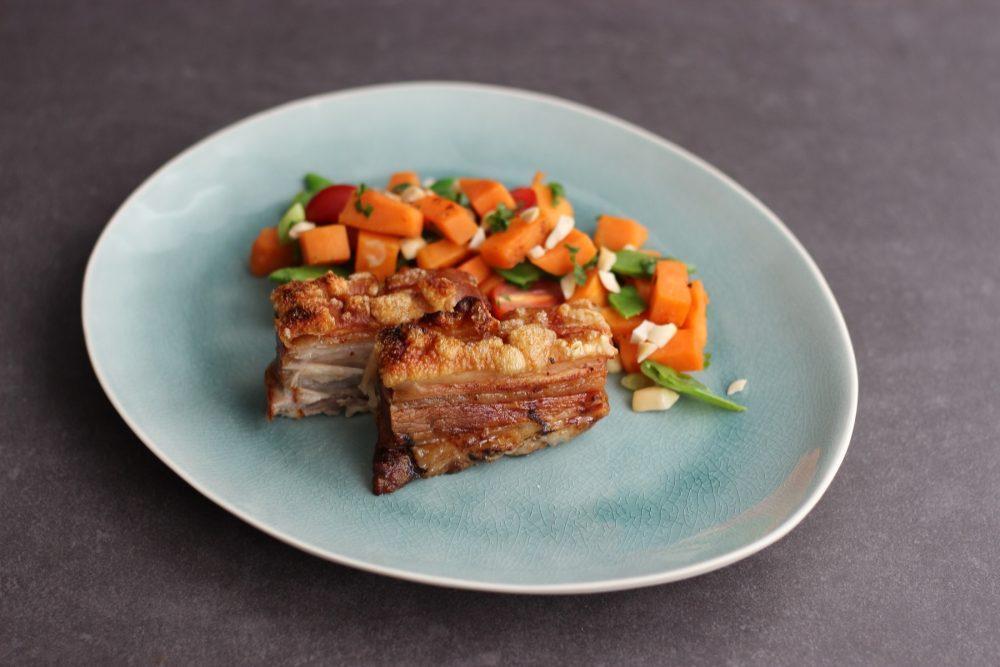 Knuspriger Schweinebauch mit Süßkartoffelsalat