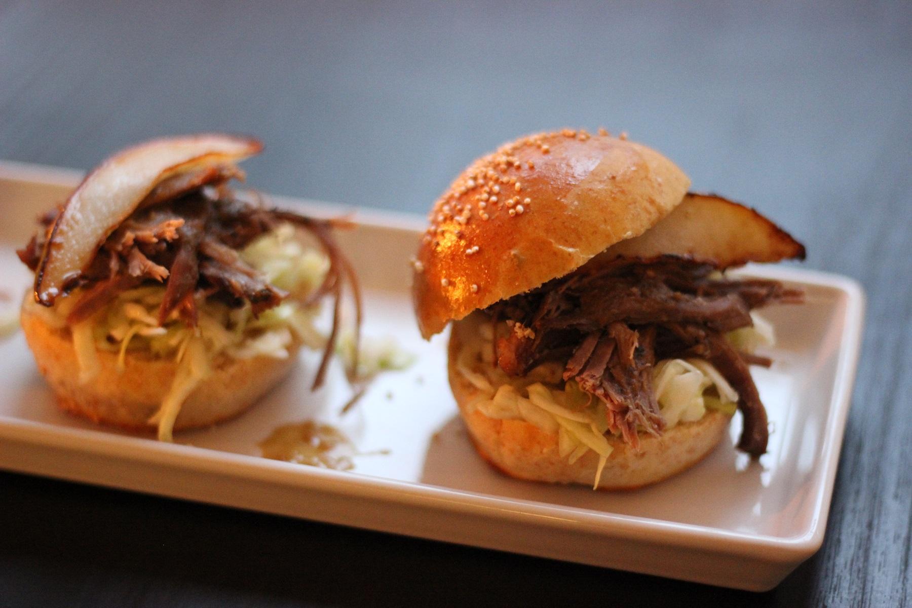 Wildwutz-Burger - Pulled Wildschwein-Burger mit Malzbiersauce, Spitzkohl und Birne im Emmer-Brioche-Bun
