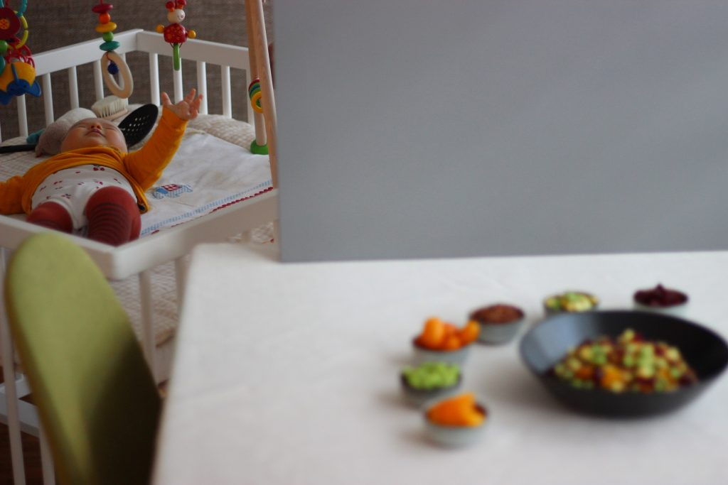 Quinoa-Salat mit Salzkumquats, Edamame, Roter Bete und Avocado