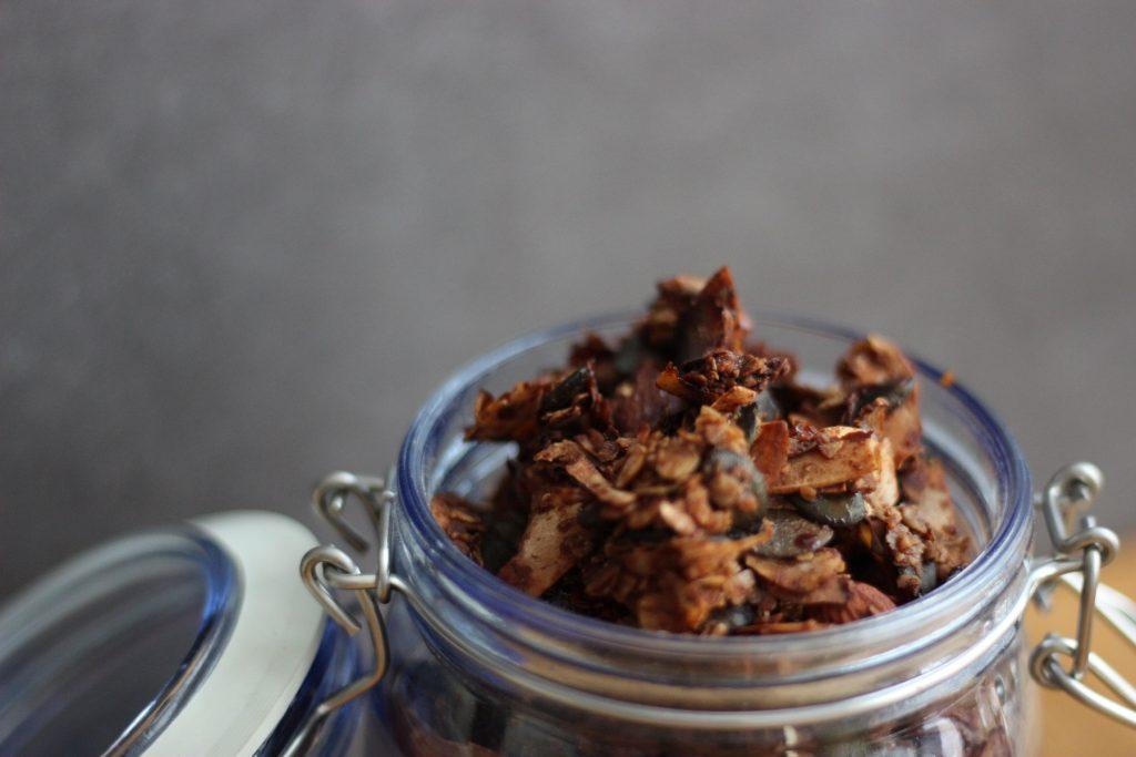 Selbstgemachtes Nuss-Granola mit Kokos und Kakao