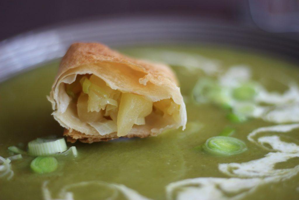 Lauch-Cremesuppe mit herzhaften Apfeltaschen