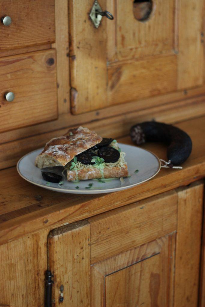 Sandwich Pfälzer Art - Sauerkraut-Brot mit Blutwurst, karamellisiertem Sauerkraut und Majoran-Sauce