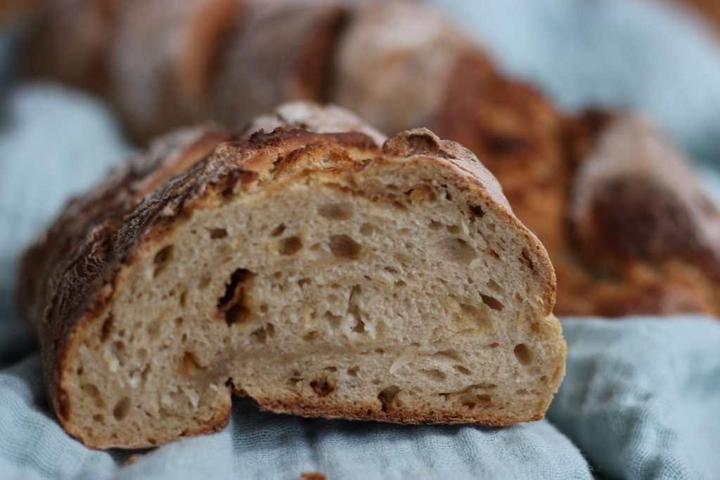Sauerkraut-Brot mit frischem Sauerkraut und Traubensaft