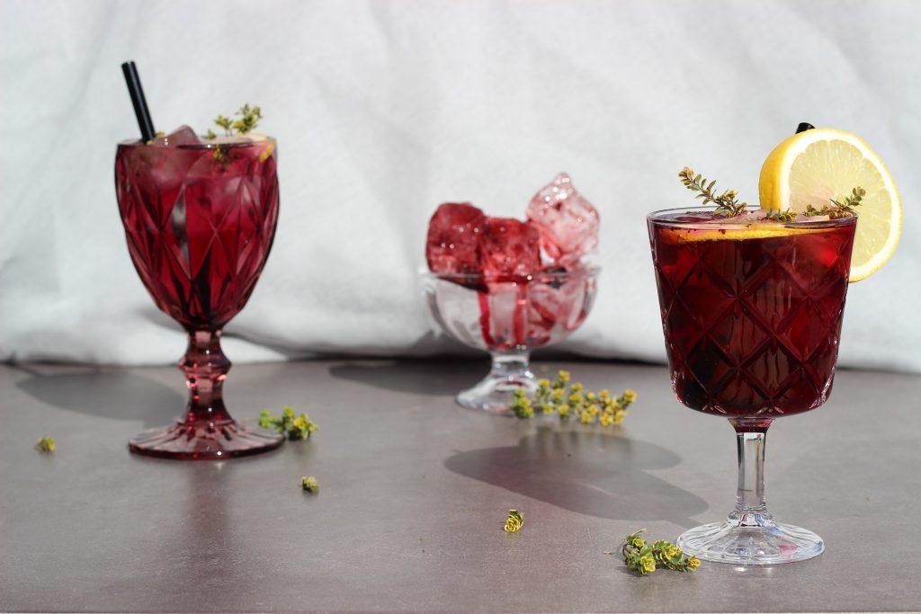 Selbstgemachte Heidelbeer-Limonade mit Tonkabohne - alkoholfrei, lila und erfrischend!