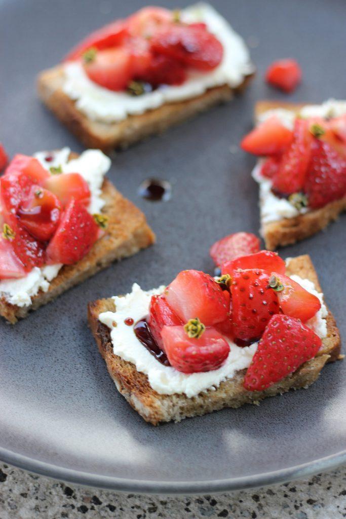 Erdbeer-Crostini mit Ziegenfrischkäse und Kürbiskernöl