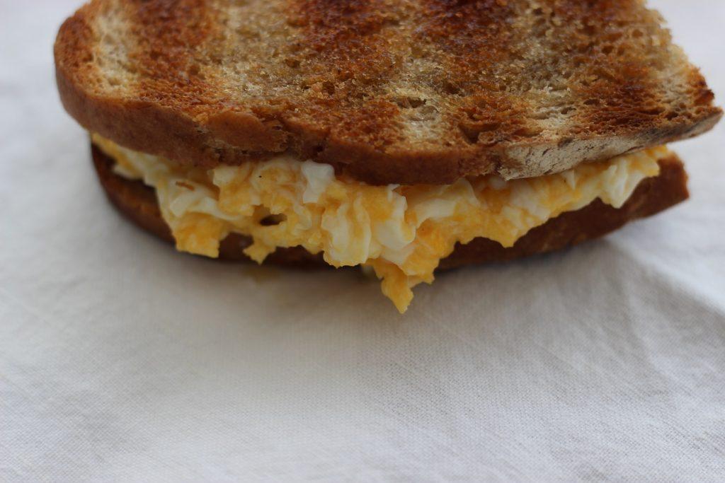 Rührei-Sandwich und mein allererstes Sauerteigbrot