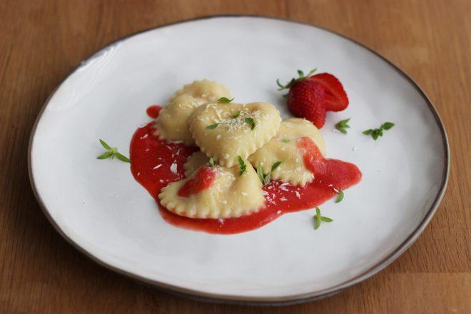 Süße Ravioli mit Ricotta-Erdbeerfüllung - Ravioliteig mit Milch