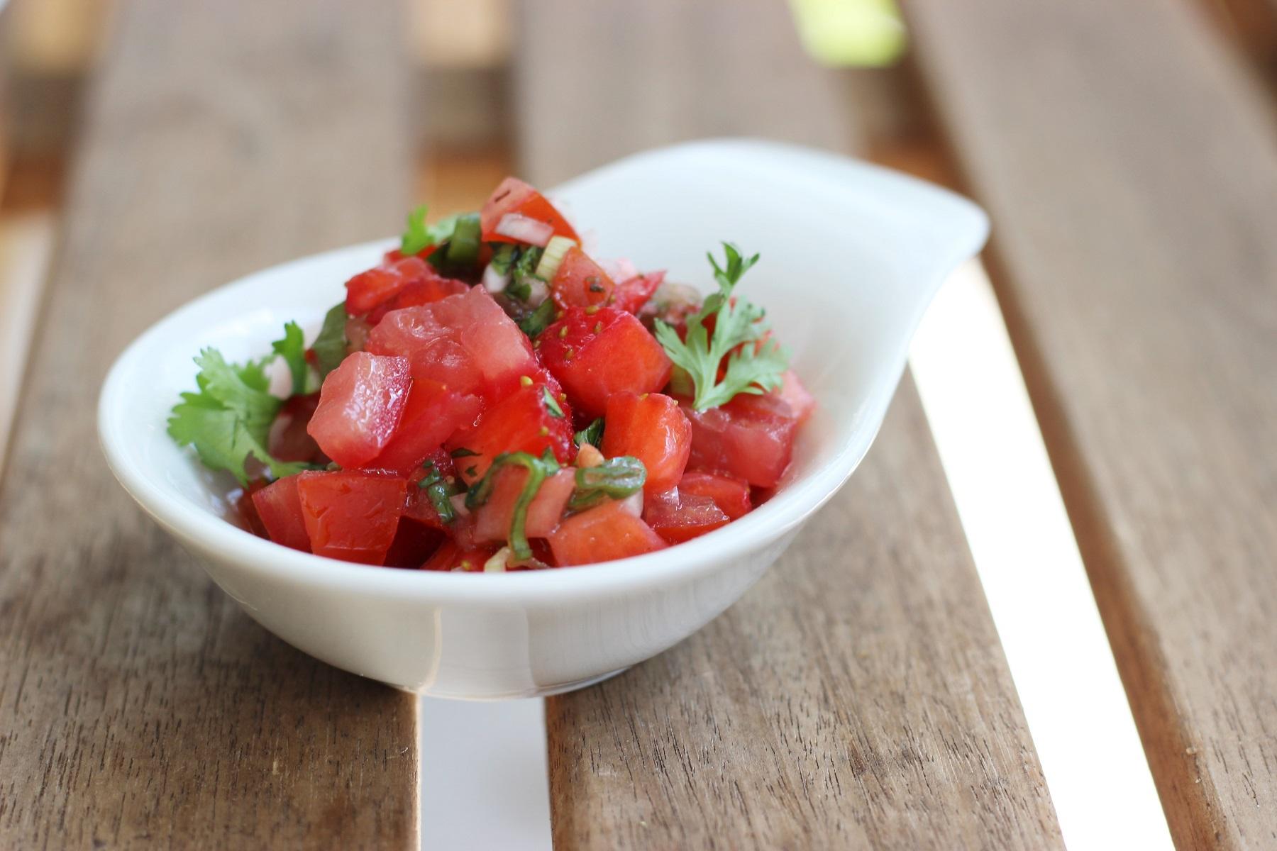 Tomaten-Erdbeer-Salsa - perfekt zu gegrilltem Fleisch