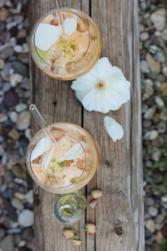 Melonen-Cocktail mit Rose und mit selbstgemachtem Rosensirup