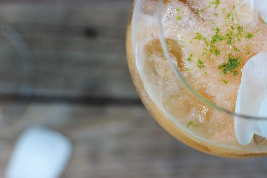 Melonen-Cocktail mit Rose und mit selbstgemachtem Rosensirup 6