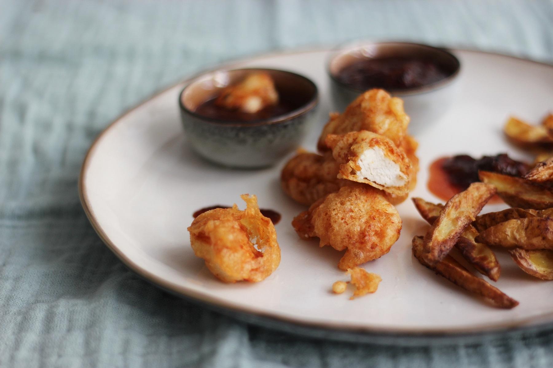 Selbstgemachte Chicken Nuggets und Kartoffel-Wedges