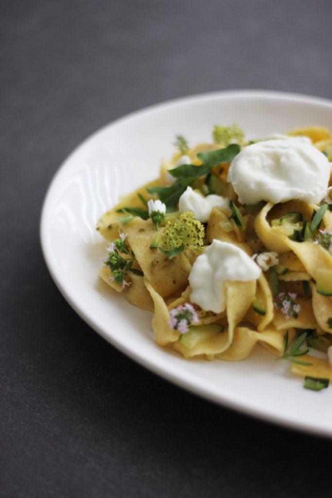 Tagliatelle mit Wildkräuter-Pesto, gerösteten Zucchini und Mozzarella