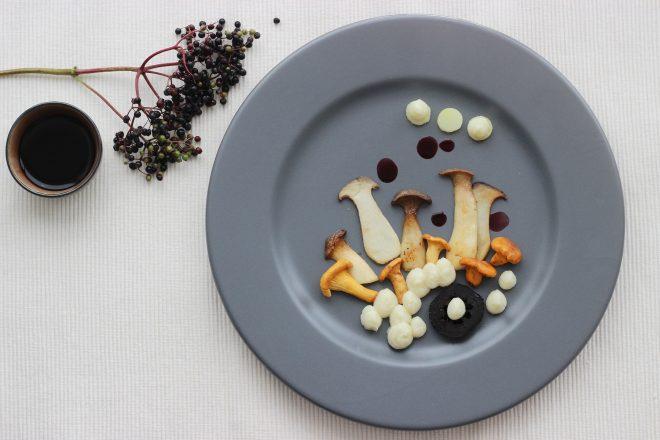 Ein-kleines-Herbstgemaelde-Pilze-I-schwarze-Walnuss-I-Petersilienwurzel-I-Holunderbeersaft-I-Kartoffel-vegetarischer-Zwischengang-in-den-Herbst