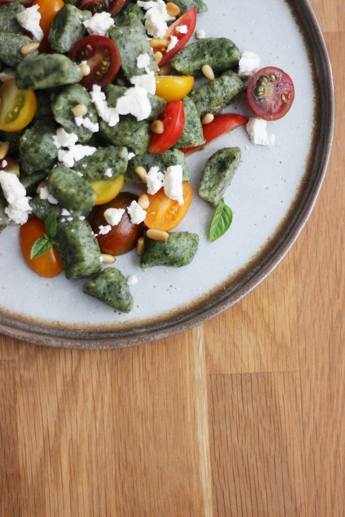 Vegane Spinat-Gnocchi - Gnocchi-Salat mit Tomaten, Feta und Pinienkernen