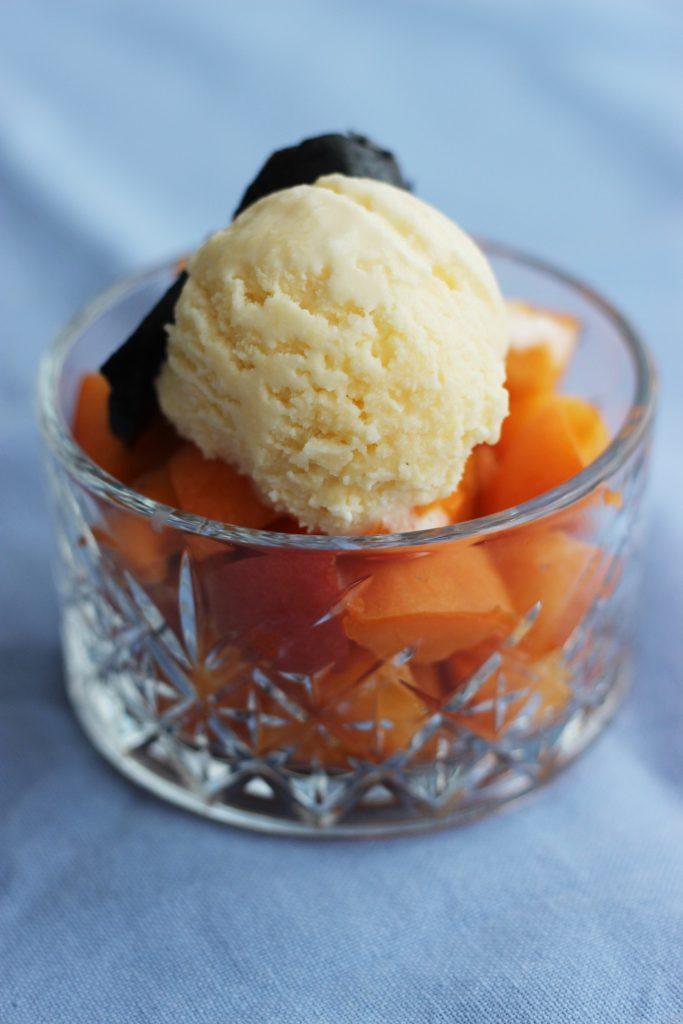 Parmesan-Eis mit weißer Schokolade und schwarzen Walnüssen