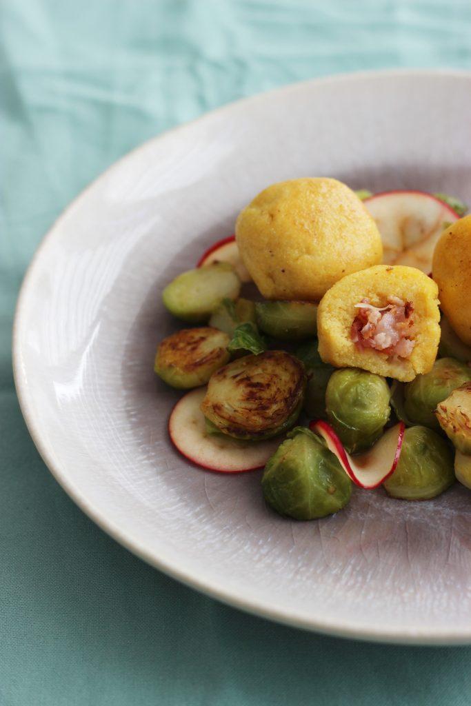 Polentaknödel mit Käse-Speckfüllung und Apfel-Rosenkohlgemüse