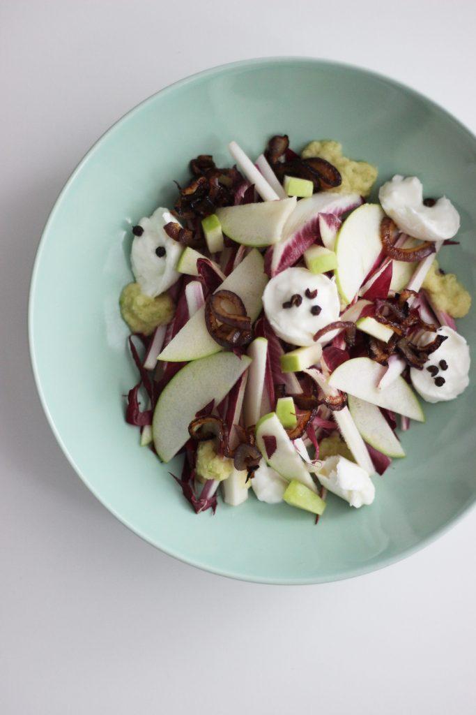 Chicoree-Salat mit Mozzarella, grünem Apfel und Röstzwiebeln