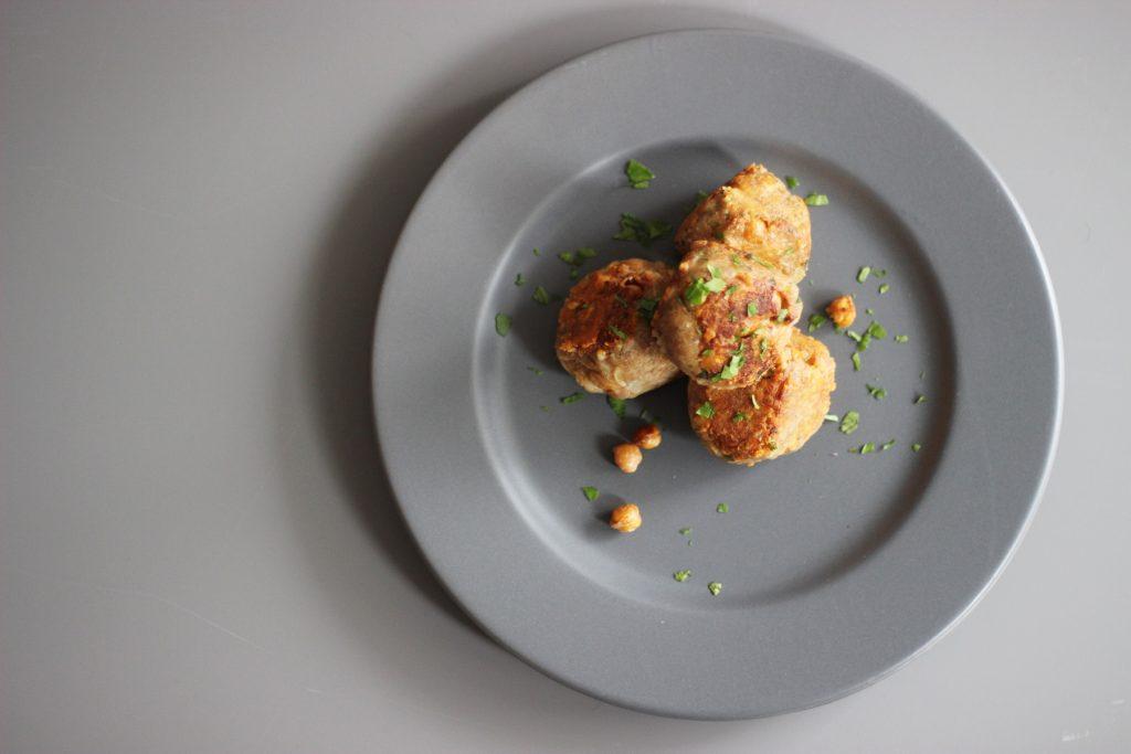 Knusprige Kichererbsen-Frikadellen mit Käse und Walnüssen
