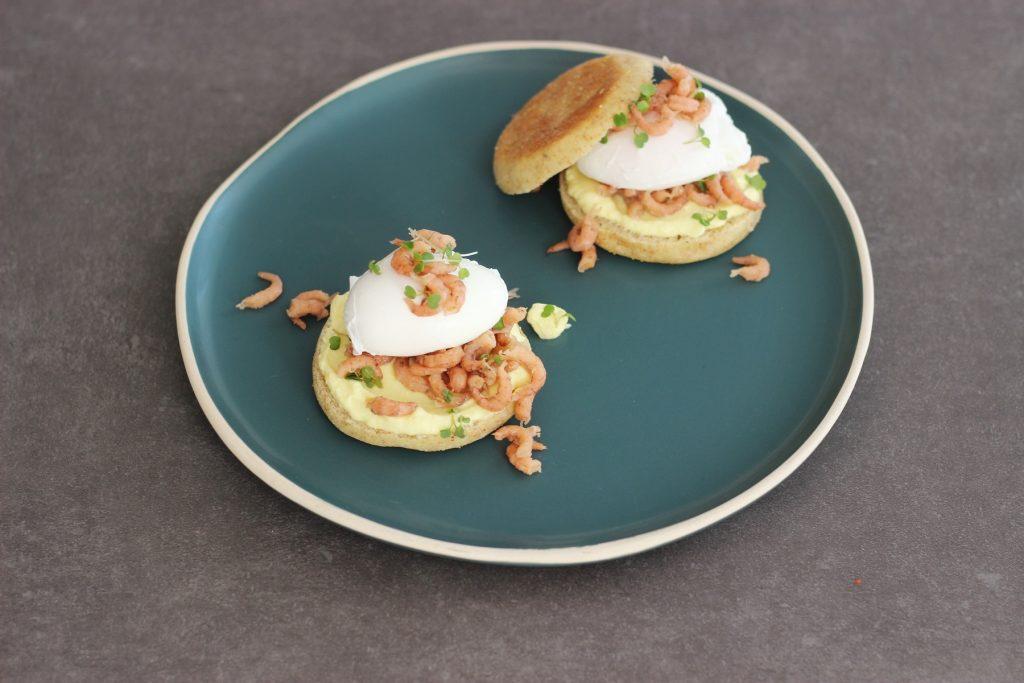 Egg Benedict auf Sauerteig-Toasties mit Krabben, Mayo ohne Ei und Rucolakresse