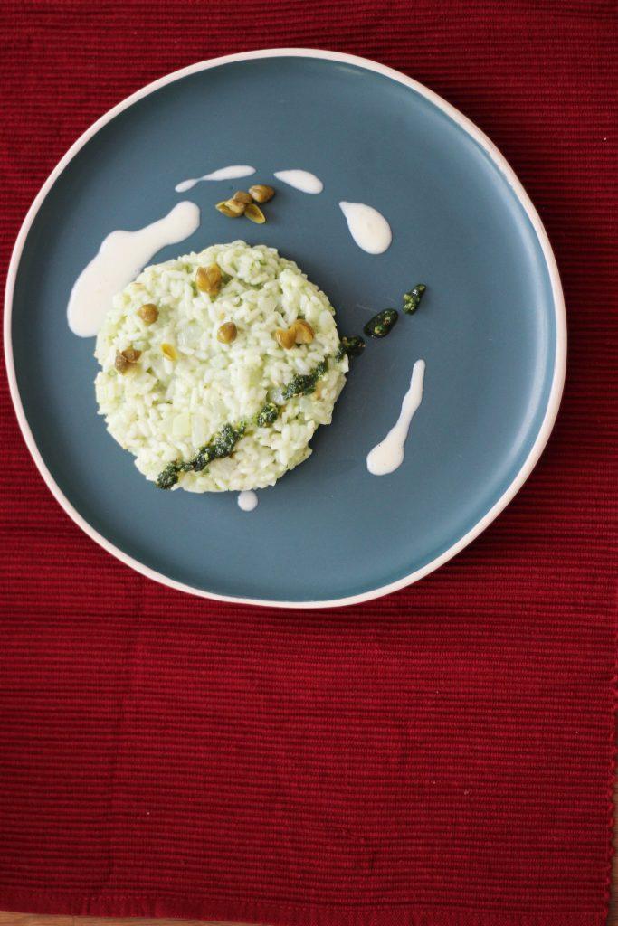 Kohlrabi-Risotto mit Parmesancreme, grünem Pesto und Kapern