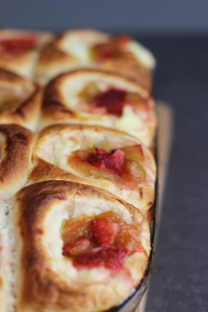 Rhabarber-Erdbeer-Buchteln mit Puddingfüllung