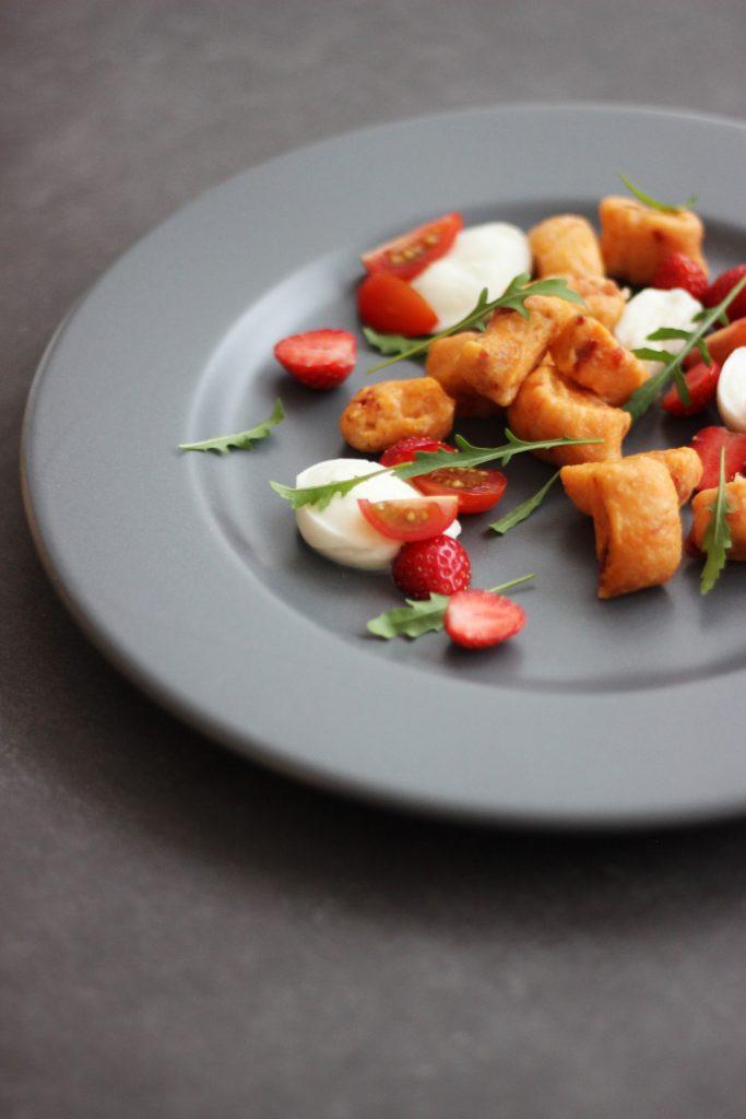 Tomaten-Gnocchi mit Rucola, Erdbeere und Mozzarella