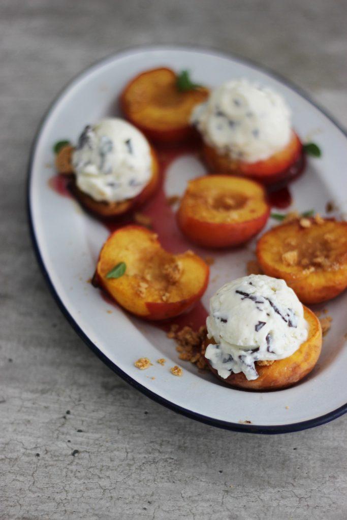 Karamellisierter Zimt-Pfirsich mit Ricotta-Schoko-Minz-Eis