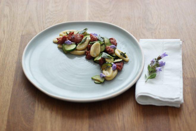 Selbstgemachte Orecchiette mit Salsiccia, Zucchini und Salbeibutter