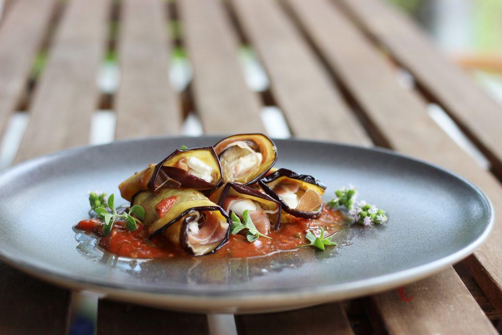 Auberginenröllchen mit Parmaschinken und Büffelmozzarella