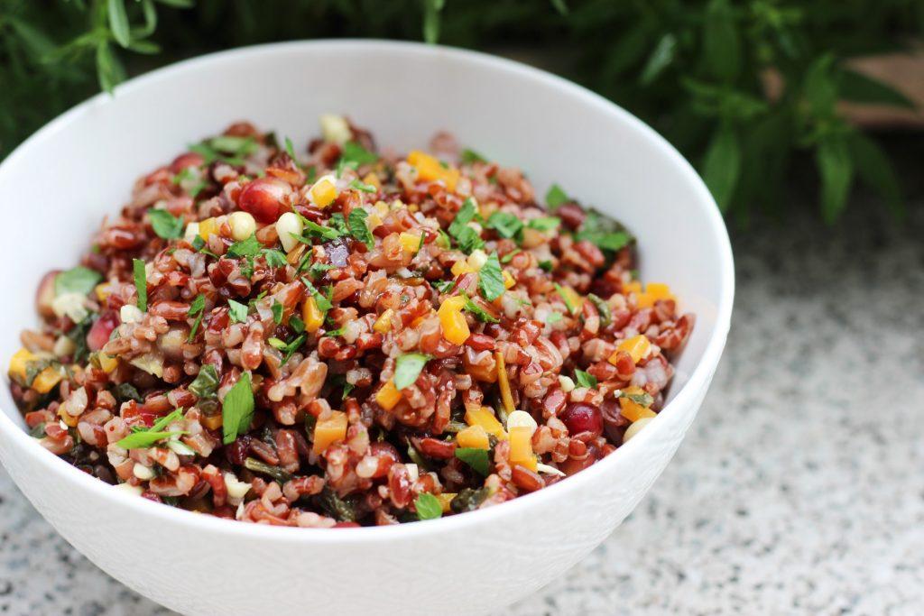 Orientalischer, roter Reissalat mit Granatapfel, Cranberries und Spinat
