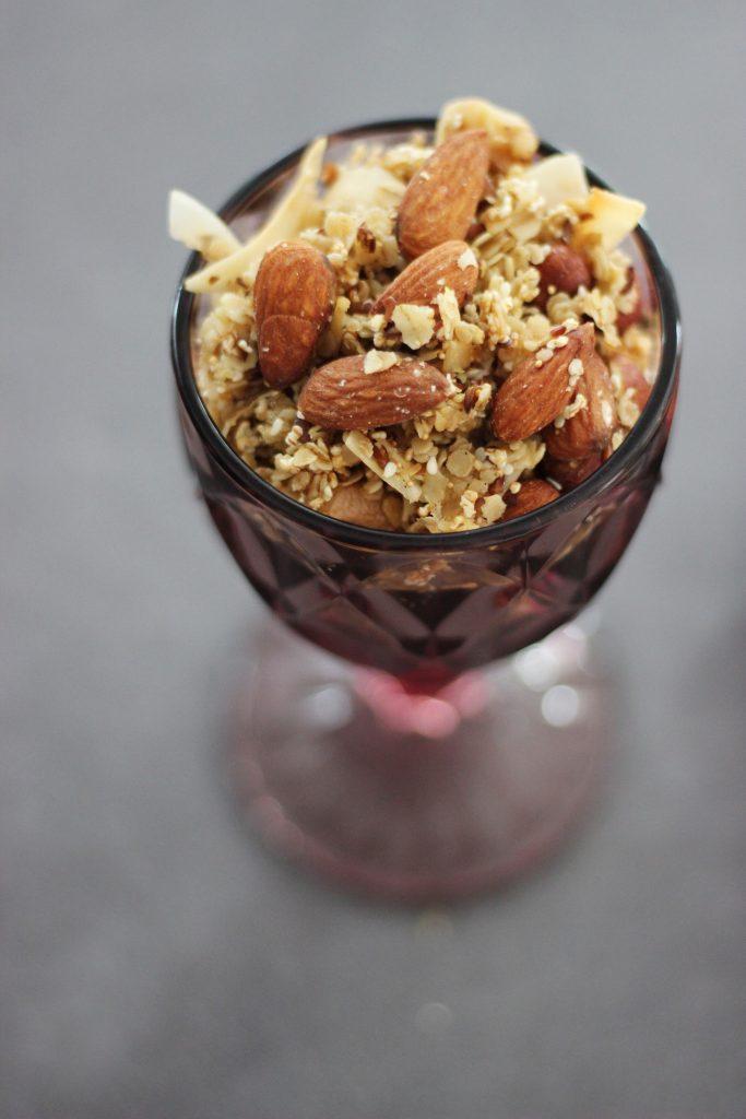 Beeren-Müsli mit Schafjoghurt, Minze und selbstgemachtem Mandel-Granola mit Olivenöl